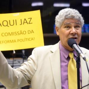 Deputado Chico Alencar (PSOL-RJ) segura cartaz durante sessão da Câmara