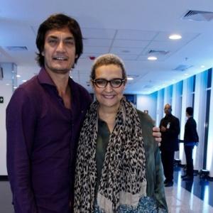 Ao lado do produtor Clovys Torres, Betty Lago exibe o cabelo raspado em estreia de espetáculo de Marisa Orth em São Paulo