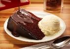 Devil's Food Cake (Bolo de chocolate com calda de chocolate)