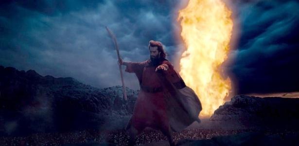 """9.nov.2015 - Moisés (Guilherme Winter) abre o mar vermelho em cena de """"Dez Mandamentos"""""""