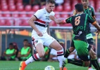 Concorrentes, Lyanco e Douglas formam dupla em treino do São Paulo