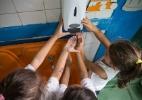 Higiene na palma da mão - Diego Padgurschi/Folhapress