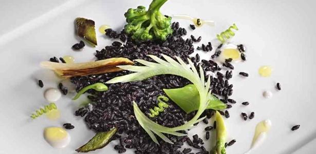 Arroz negro tostado com legumes verdes e leite de castanha-do-Pará, de Alex Atala