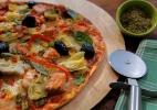 Pizza de salmão e alcachofras