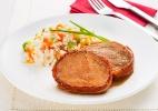 Paleta assada com bacon e arroz a grega