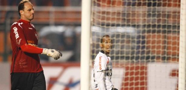 Rogério Ceni lamenta, e Liedson parte para a comemoração ao marcar um gol para o Corinthians contra o São Paulo