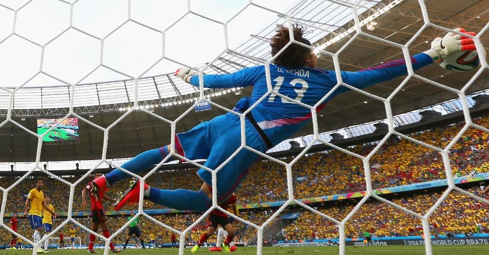 goleiro-guillermo-ochoa-se-estica-e-impede-o-primeiro-gol-brasileiro-no-castelao-pela-segunda-rodada-do-grupo-a-1403034463012_956x500