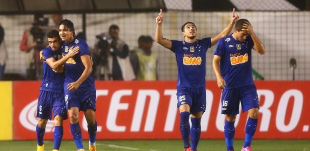 jogadores-do-cruzeiro-comemoram-gol-contra-o-santos-pela-copa-do-brasil-1415234571925_615x300
