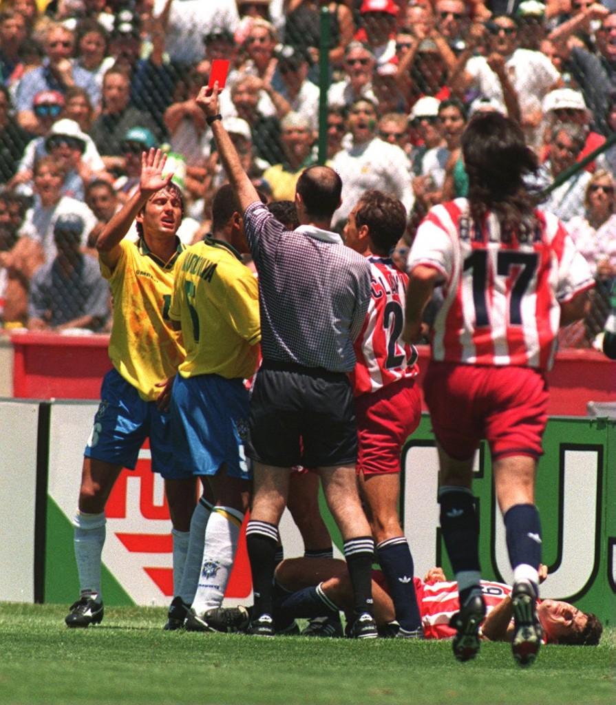Leonardo é expulso após cotovelada em Tab Ramos na Copa de 1994 - foto: Chris Cole/ALLSPORT