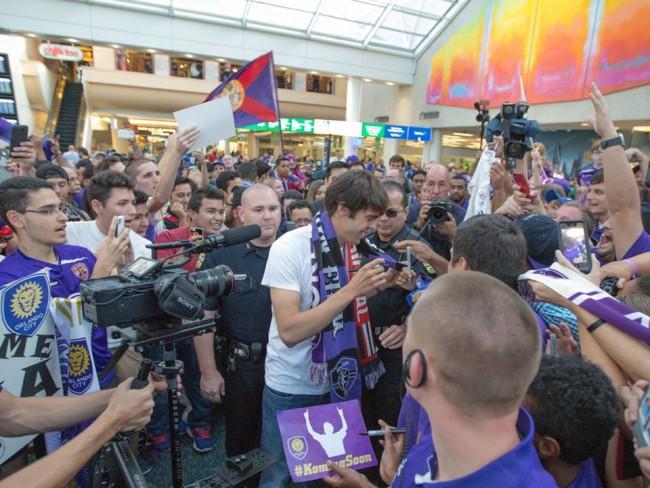 Kaká é recebido por torcedores no aeroporto de Orlando - foto: Mark Thor/ Orlando City SC
