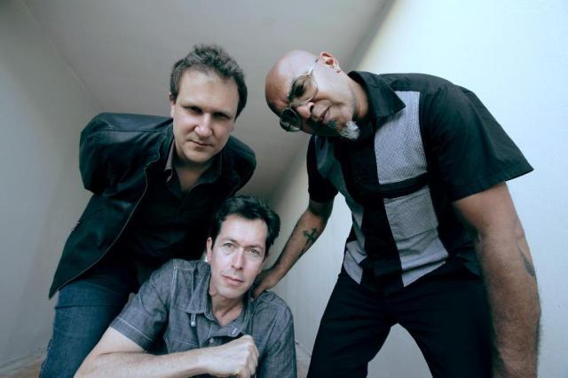 Plebe Rude: Philippe Seabra (esq.), André X (embaixo) e Clemente Nascimento (FOTO: DHYANA MATOS/DVULGAÇÃO)