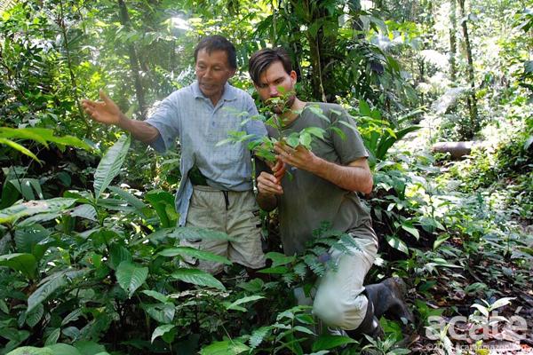 Um xamã mostra a Herndon as plantas medicinais. Foto: Acaté