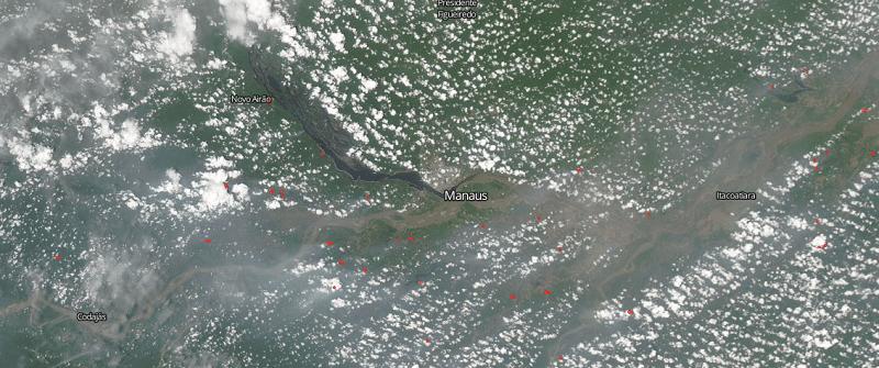 Registro de 17 de outubro permite visualizar não só as nuvens de poluição, como também focos de calor, sinais de queimadas no entorno da cidade