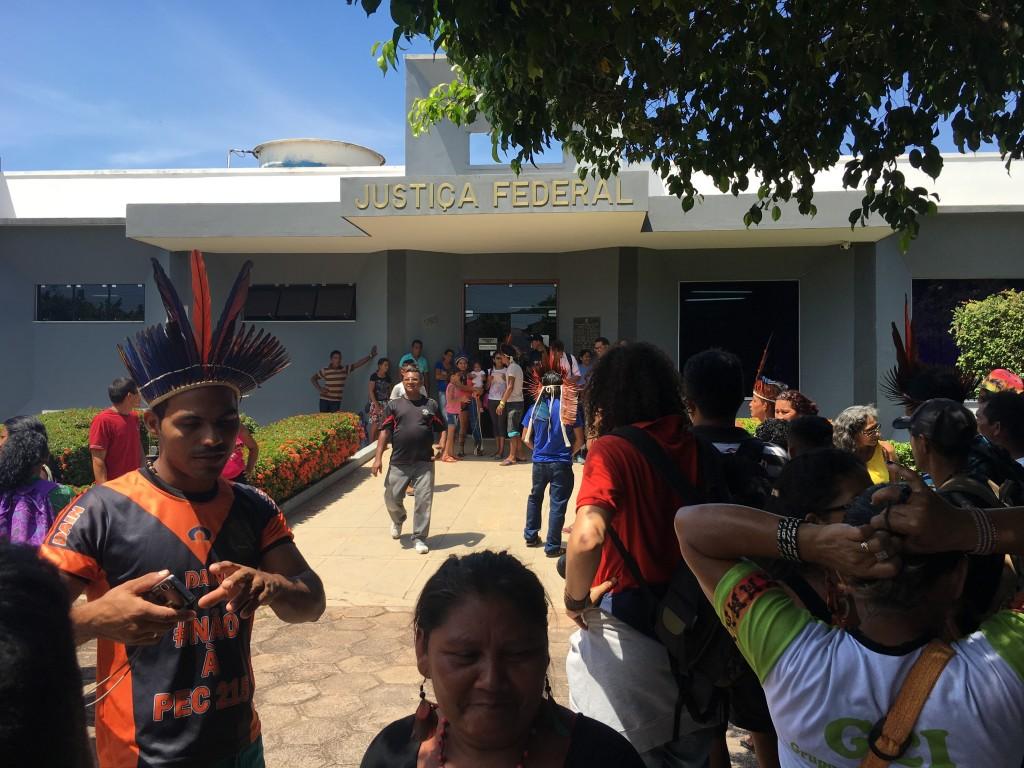 Indígenas pressionam por liberação de Poró Borari na Justiça Federal, em Santarém (PA). Foto: Thiago Medaglia