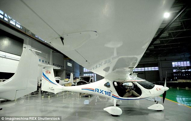 Modelo RX1E de dois lugares deve começar a ser fabricado no início de 2016.