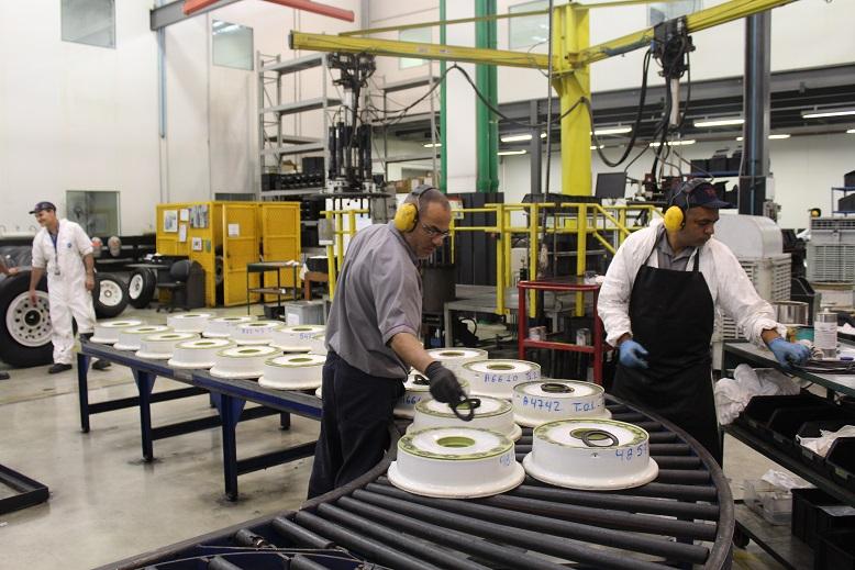 As rodas dos aviões são analisadas por mecânicos. Foto: Vinícius Casagrande/UOL
