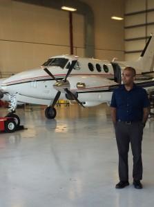 O pesquisador Santosh Mathan perto do King Air usado nos testes (Divulgação/Honeywell)