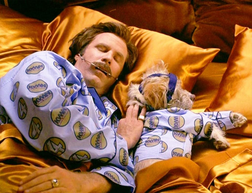 """Will Ferrell, como Ron Burgundy, e Baxter, em """"O Âncora"""""""