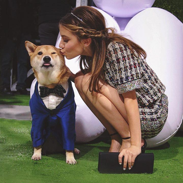 """O cachorro Menswear Dog é tietado pela atriz adolescente Genevieve Hannelius, ou simplesmente G Hannelius, de """"Hannah Montana'' e """"Stan, o Cão Blogueiro''"""