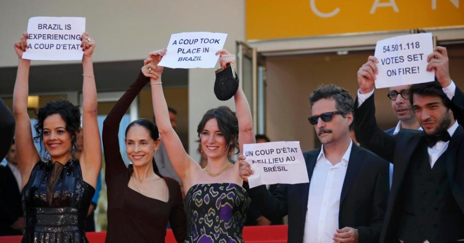 """Equipe do filme brasileiro """"Aquarius"""" protesta contra o impeachment  em Cannes"""