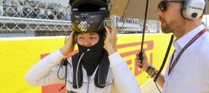 Nico Rosberg põe capacete com o símbolo budista