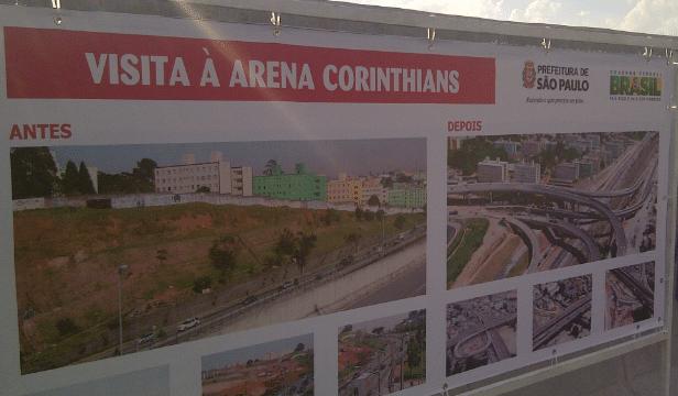 Logomarca do Governo Federal ao lado da marca da prefitura em placa sobre obras em Itaquera
