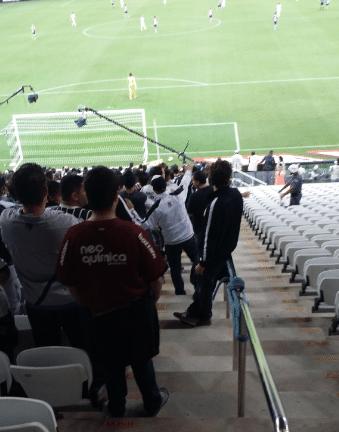 Torcedores assistem a jogo em Itaquera na escada, como no Pacaembu