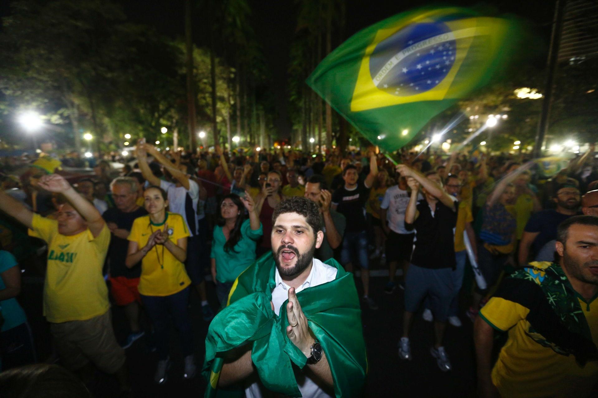 Pessoas se reúnem para manifestar contra o Governo. Foto: Nidin Sanches/ O Tempo/ Estadão Conteúdo