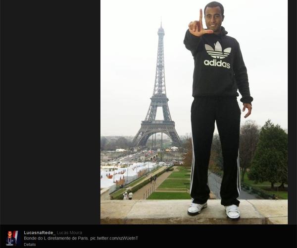 De Folga No PSG, Lucas Passeia Na Torre Eiffel E Tira Foto