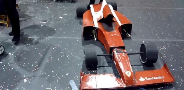 Torcedor 'Transformer' vira carro da Ferrari em festa Resultado