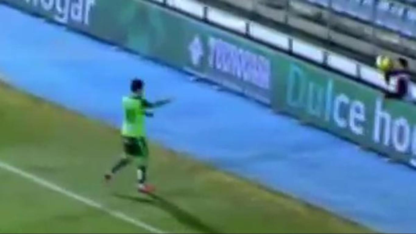 Gandula repõe a bola para jogador do Celta (Crédito: Reprodução)