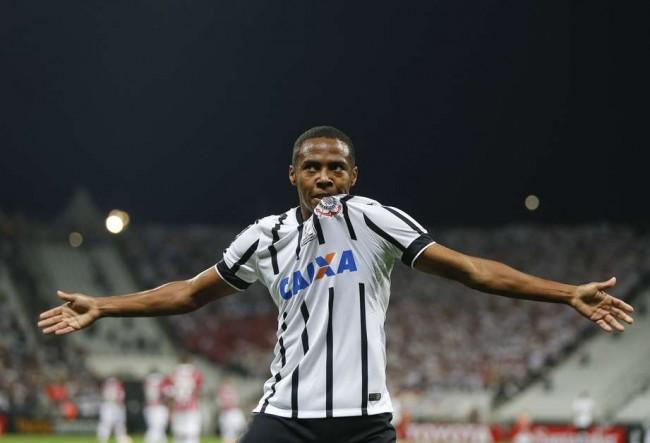 Elias comemora o primeiro gol do Timão no clássico