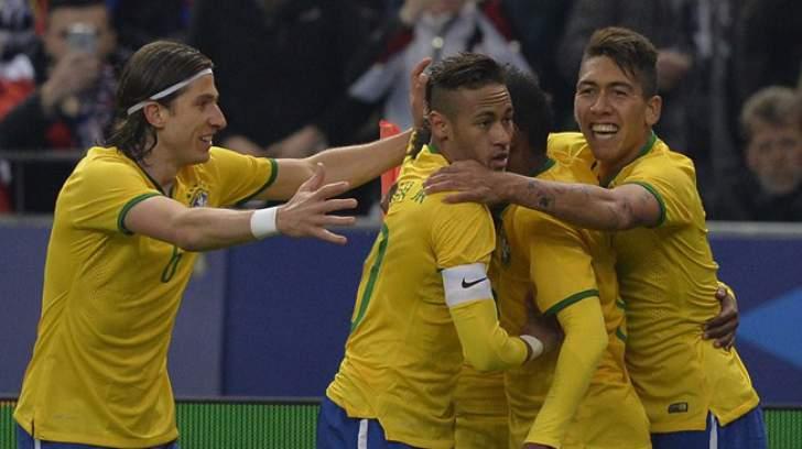 Brasileiros comemoram gol de Neymar contra a França