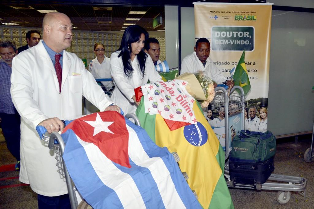 Médicos cubanos que vão trabalhar no Brasil, através de acordo entre o Ministério da Saúde e a Organização Pan-Americana de Saúde (Opas), dentro do programa Mais Médicos, chegam a Brasília