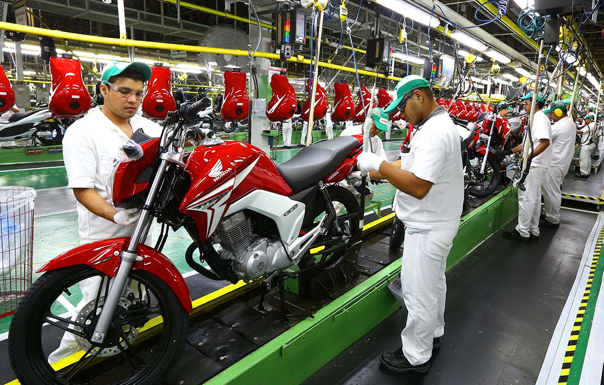 suzane_noticia_abraciclo_producao-motos-2016_linha-de-producao-honda_02
