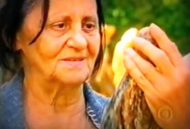Silvana (Laura Cardoso) ao receber a imagem da santa que apareceu no rio (Fonte: Reprodução)