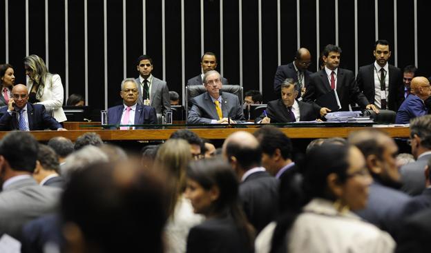 * Eita lascou: Acusada por Cid Gomes de abrigar 400 achacadores, Câmara convoca ministro.