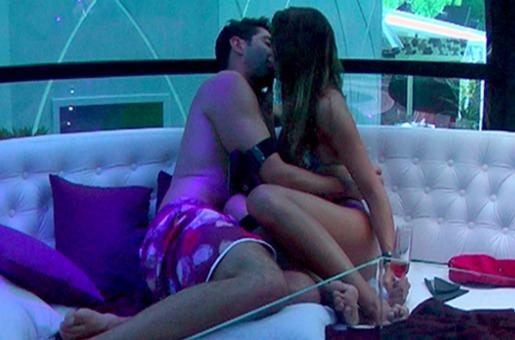 Ao convidá-lo para a cápsula, Angela fisgou Marcelo definitivamente (Foto: Reprodução/TvGlobo)