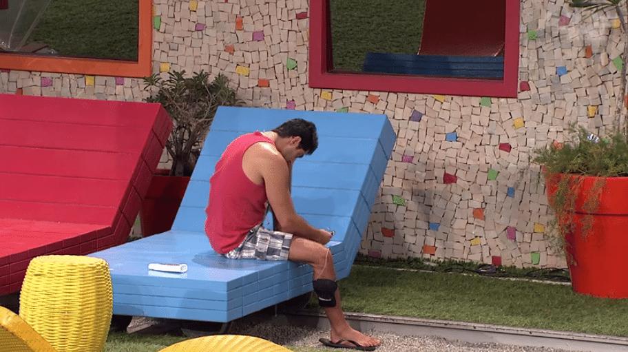...sozinho, Marcelo aproveitou para dar um trato nas unhas do pé. (Foto: Reprodução/TvGlobo)