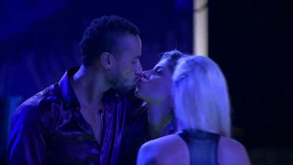 Insistente, Slim conseguiu um selinho de Vanessa (Foto: Reprodução/TvGlobo)