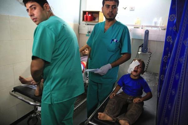 Criança palestina vítima de ataque é atendida em hospital - Emad Nassar/Al Jazeera