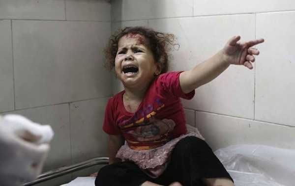 Menina grita enquanto médicos tentam ajudá-la no Hospital Al-Shifa, em Gaza. Foto: Unicef/Eyad El Baba