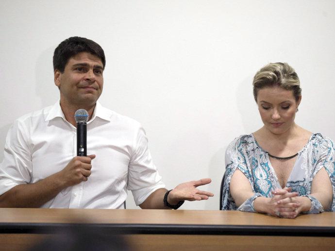 Pedro Paulo em coletiva à imprensa na qual falou sobre os casos de violência doméstica ao lado da ex-mulher (Alexandre Cassiano/Agência O Globo)