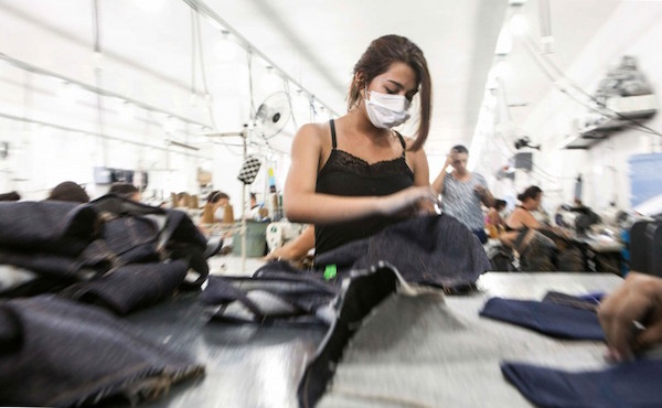 Trabalhadora produz peças em oficina terceirizada no interior do Rio Grande do Norte (Foto: Lilo Clareto)