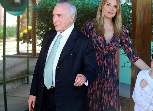 Michel e Marcela Temer buscam filho na escola (Recorte de foto de Adriano Machado/Reuters)