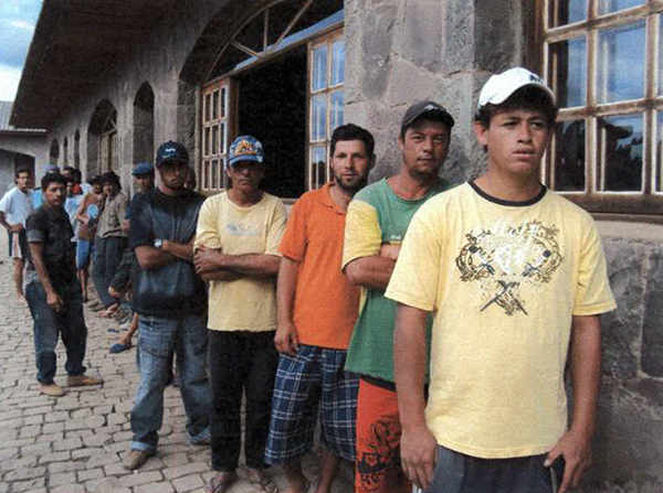 Trabalhadores em fila para serem atendidos na fazenda. Foto: SRTE/SC