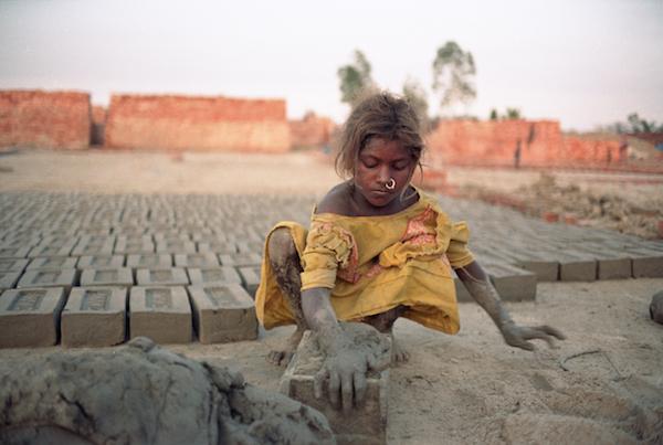 Criança é obrigada a trabalhar na produção de tijolos no Paquistão. Foto: ONU