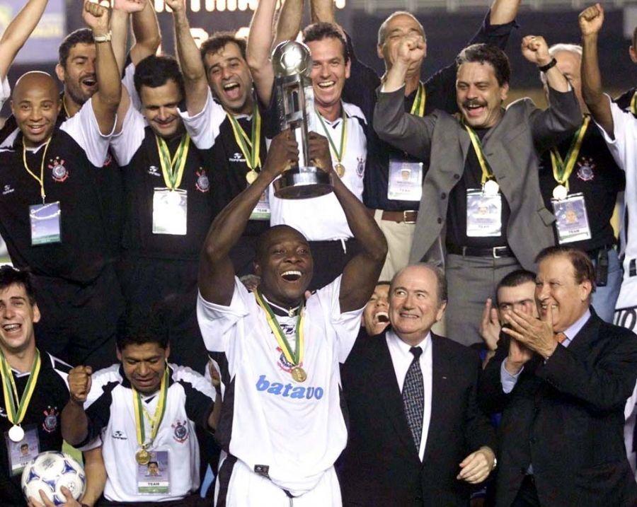 Corinthians ergeu a taça no Mundial de 2000 após duelo contra o Vasco na final