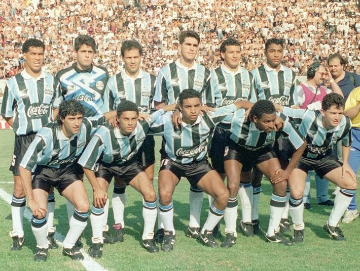 FUTEBOL - HISTÓRIA DO GRÊMIO - ESPORTES - ACERVO - Os jogadores do Grêmio em pé(da esquerda para a direita): o goleiro Danrlei(o segundo da esquerda para a direita), Ayupe, Luciano, Aguinaldo e Róger - Agachados: Fabinho, Émerson(o terceiro da esquerda para a direita) e Carlos Miguel(D), antes da partida contra o Corinthians, válida pelo Campeonato Brasileiro de 1994 - Estádio Paulo Machado de Carvalho(Pacaembu) - São Paulo - SP - Brasil - 09/10/1994 - Foto: Acervo/Gazeta Press