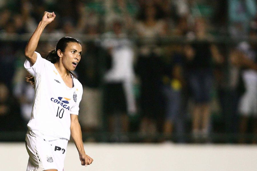 Marta comemora um de seus dois gols na vitória do Santos sobre o Crespomm
